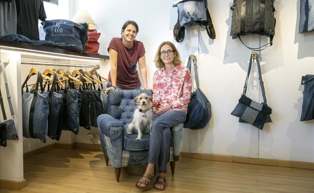 Núria Nubiola (de pie) y Montse Bayen, ambientóloga y bióloga,fundadoras de Back to Eco, en su tienda taller de la calle Pau Claris, 91 de Barcelona.