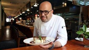 Josep Nicolau, del bar Cañete, con un plato de cochinillo.