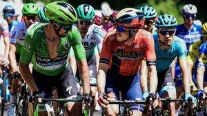 Rohan Dennis, a la derecha, de rojo, junto a Peter Sagan, de verde.