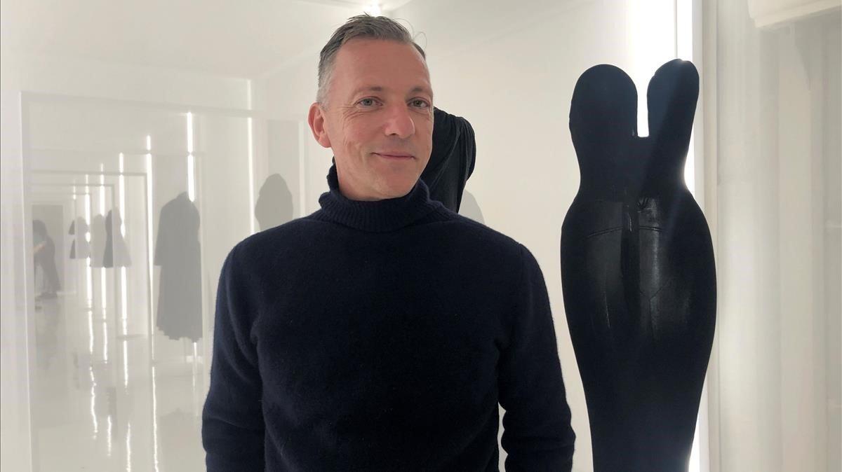 El historiador de la moda Olivier Saillard posa en la presentación de laexposición de Alaïa y Balenciaga, este miércoles en París.