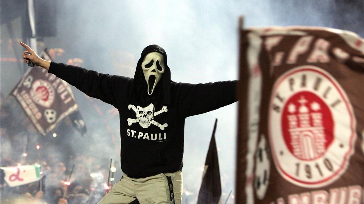 Las gradas de Millerntor Stadium. banderas y calaveras piratas.
