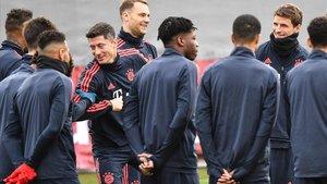 Lewandowski bromea con Neuer, en la sesión de entrenamiento del 24-F.