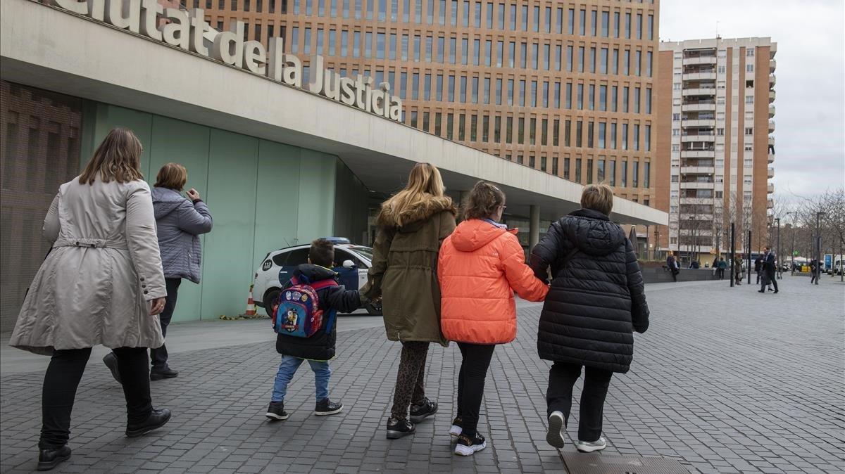 Silvia coge de la mano a sus hijos (en el centro) antes deentrar en la Ciutat de la Justícia de Barcelona, este miércoles.