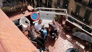 El trío StayHomas:Klaus Stroink, Guillem Boltó y Rai Benet, fotografiados por su vecino de arriba en plena cuarentena musical en su terraza del Eixample.