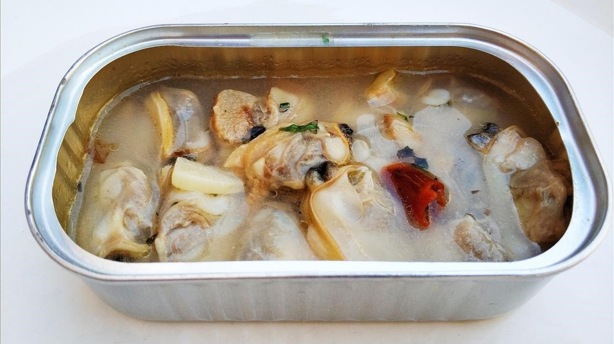 Lata de almejas frescas y picantes: foto hecha en casa.