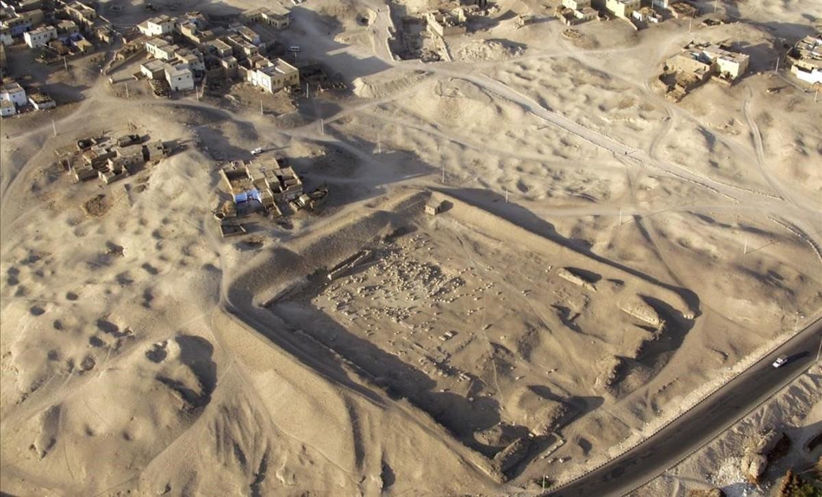 Imagen de cómo era en los iniciosde los trabajos arqueológicos, en el 2008,la misión de Myriam Seco, en el templo funerario de Tutmosis III, en Luxor.