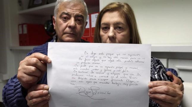 Los padres de Diego González, con la carta de su hijo fallecido.