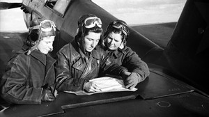 Lilia Litviak, Katia Budánova y Masha Kuznetsova, repasando su plan de vuelo sobre Stalingrado, en otoño de 1942.