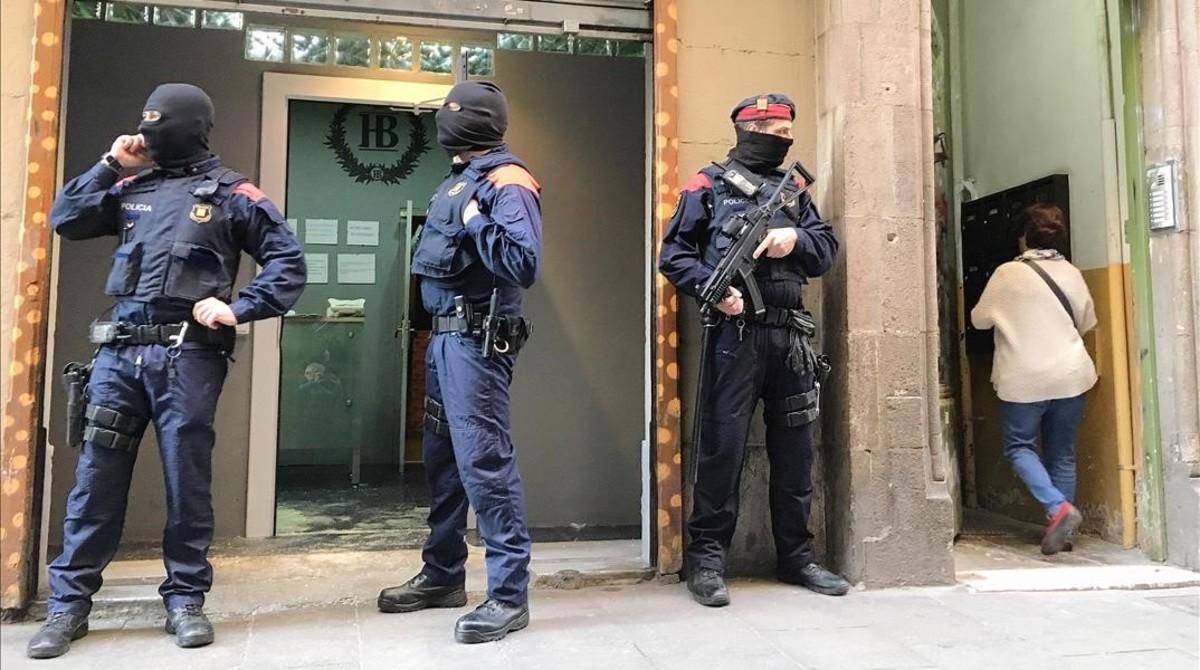 Agentes de los Mossos ante el domicilio registrado en la calle del Carme de Barcelona.