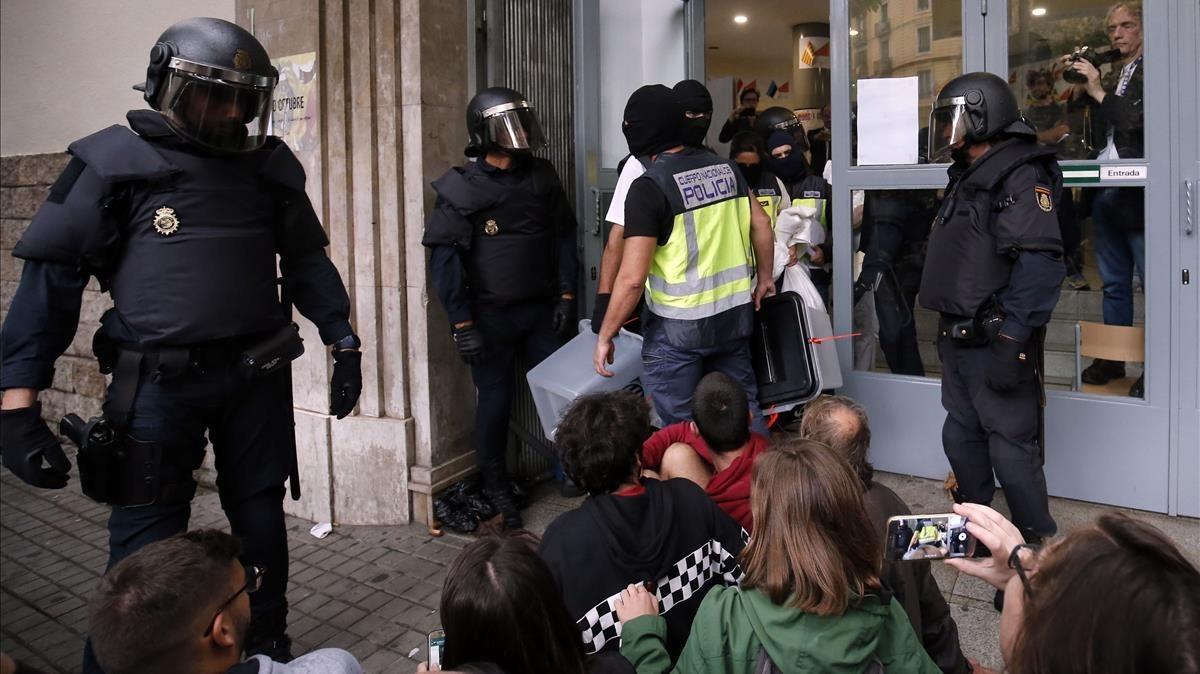 La Policía Nacional retira las urnas de un colegio electoral sin identificar.