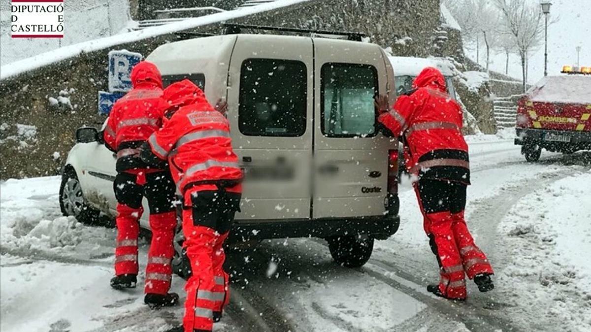zentauroepp41789532 bombers ajuden un vehicle atrapat per la neu a morella aques180126114441