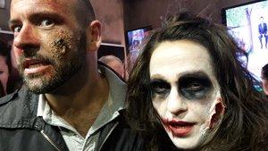 Una pareja maquillada en el Texas durante una maratón de terror.