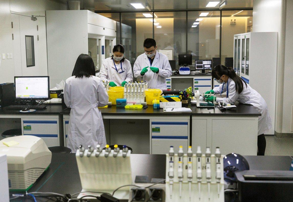 Técnicos en el laboratorio de investigación de ADN para la secuenciación de genesen Nanjing,China.