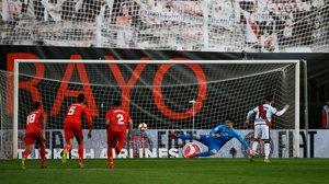 Embarba transforma un penalti para hacer el 1-0 a favor del Rayo Vallecano.