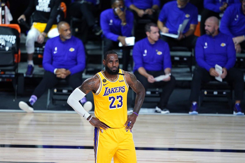 LeBron James se lamenta durante el primer partido de la serie entre Lakers y Blazers.