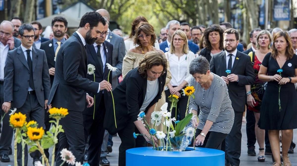 Ada Colau, Ferran Torrent y Quim Torra colocan flores en el Pla de lOs.