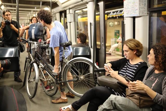 Ada Colau, en el metro, tras visitar Nou Barris, en su primer día como alcaldesa.