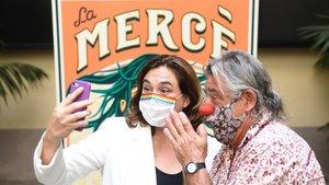 La alcaldesa de Barcelona, Ada Colau, y Tortell Poltrona, pregonero de La Mercè 2020