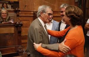 La alcaldesa Ada Colau saluda a Xavier Trias antes de la celebración del pleno.
