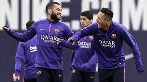 Adriano y Alves, en un entrenamiento del Barça en la ciudad deportiva de Sant Joan Despí, el pasado 14 de febrero.