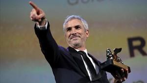 Alfonso Cuarón, con el León de Oro para su película 'Roma', en Venecia