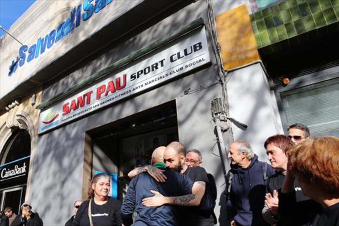 Un grupo de vecinosfrente algimnasio social Sant Pau en el Raval.