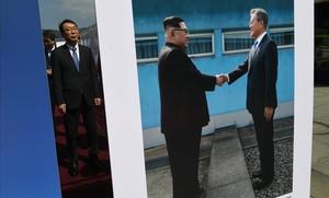 Un alto funcionario surcoreano observa una foto del presidente de Corea del Sur, Moon Jae-in, y del de Corea del Norte, Kim Jong-un, expuesta en Pyongyang.