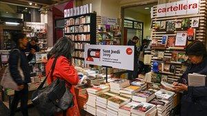 Ambiente pre-Sant Jordi en la librería La Central del Raval, la mañana del lunes de Pascua.