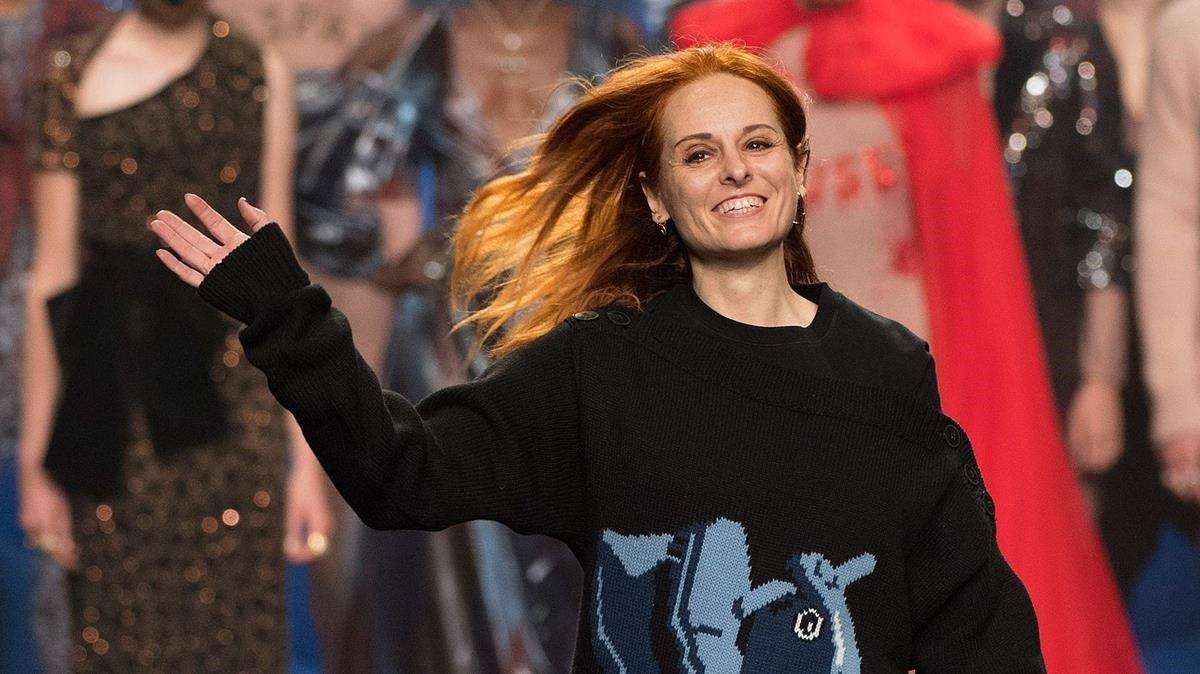 La diseñadora Ana Locking saluda al final de su desfile celebrado el 25 de enero del 2019, en la pasarela Mercedes Benz de Madrid.
