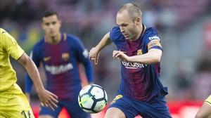 Iniesta, durante una jugada del partido ante el Villarreal.