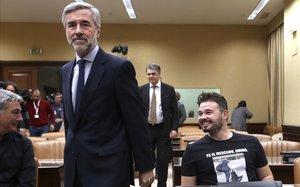 El comparecienteÁngel Acebes, junto aGabriel Rufián,en laComision de Investigación sobre la financiación ilegal del Partido Popular.