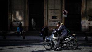 Un grupo de personas esperan ayer miércoles enla entrada de un bancoen Buenos Aires.