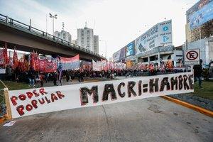Manifestantes en Argentina durante la huegal general en contra de Mauricio Macri.