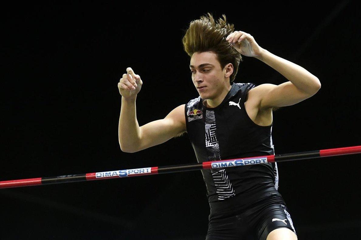 Armand Duplantis supera el listón en la competición de Lievin, en Francia