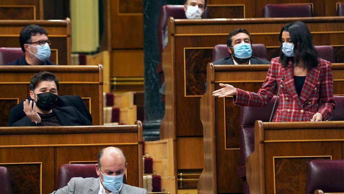 Arrimadas pide a Sánchez que no pacte los Presupuestos con ERC y Bildu. En la foto, Arrimadas y Gabriel Rufián.
