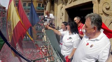 La vicepresidenta de la DYA Maria Caladoy una de sus voluntarias más veteranas, Paula Ramirez, junto al alcalde de Pamplona,Joseba Asiron, prendenla mecha del cohete con el que se da inicio a las fiestas.