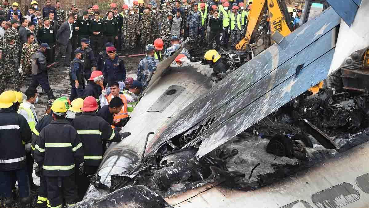 Almenys 49 persones han mort i 22 van resultar ferides a lestavellar-se avui una avió de la línia US-Bangla.