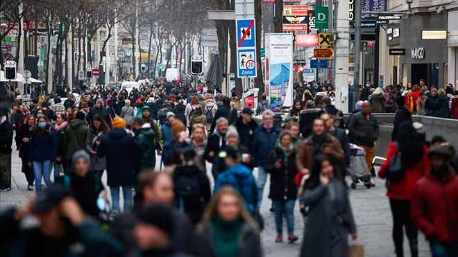 Gente andando por Viena. /reuters