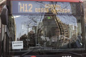 Un autobús de servicios mínimos de la línea H12, durante la jornada de huelga.