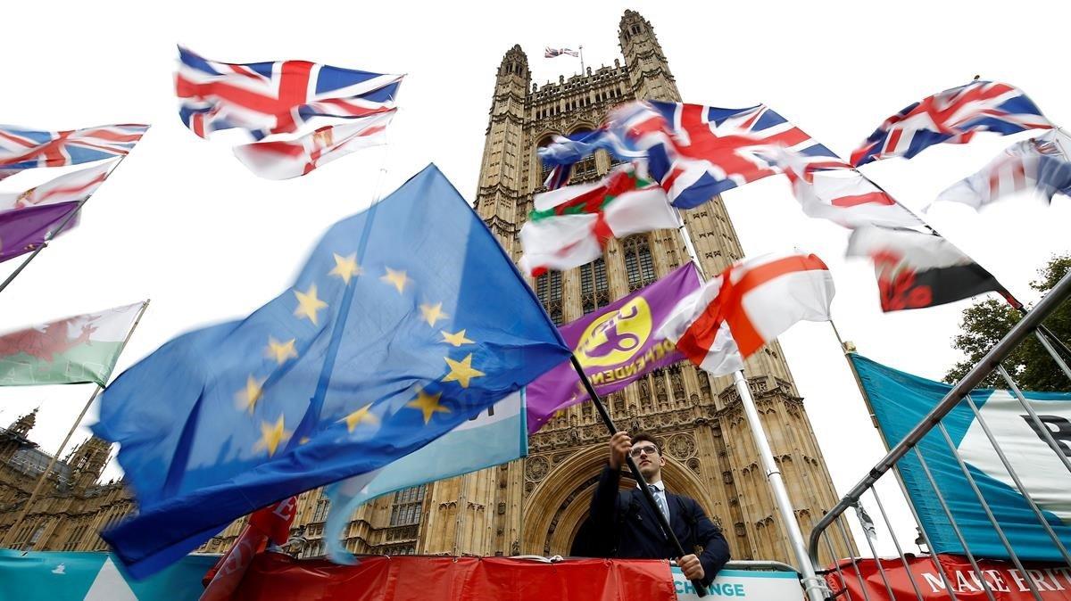 Banderas britanicas y europeas en Londres.
