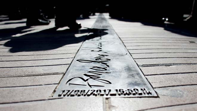 Barcelona inaugura un memorial por las víctimas del atentado del 17A en La Rambla.