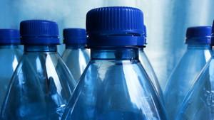 L'aigua embotellada conté micropartícules de plàstic, segons un estudi