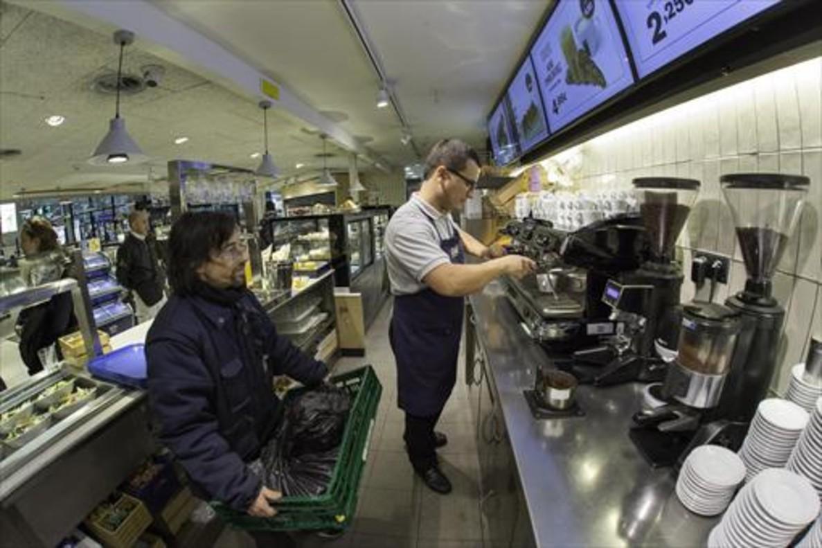 RECUPERACIÓN DE LOS DESECHOSRecogida en Sants de los posos de café que se convertirán en pellet