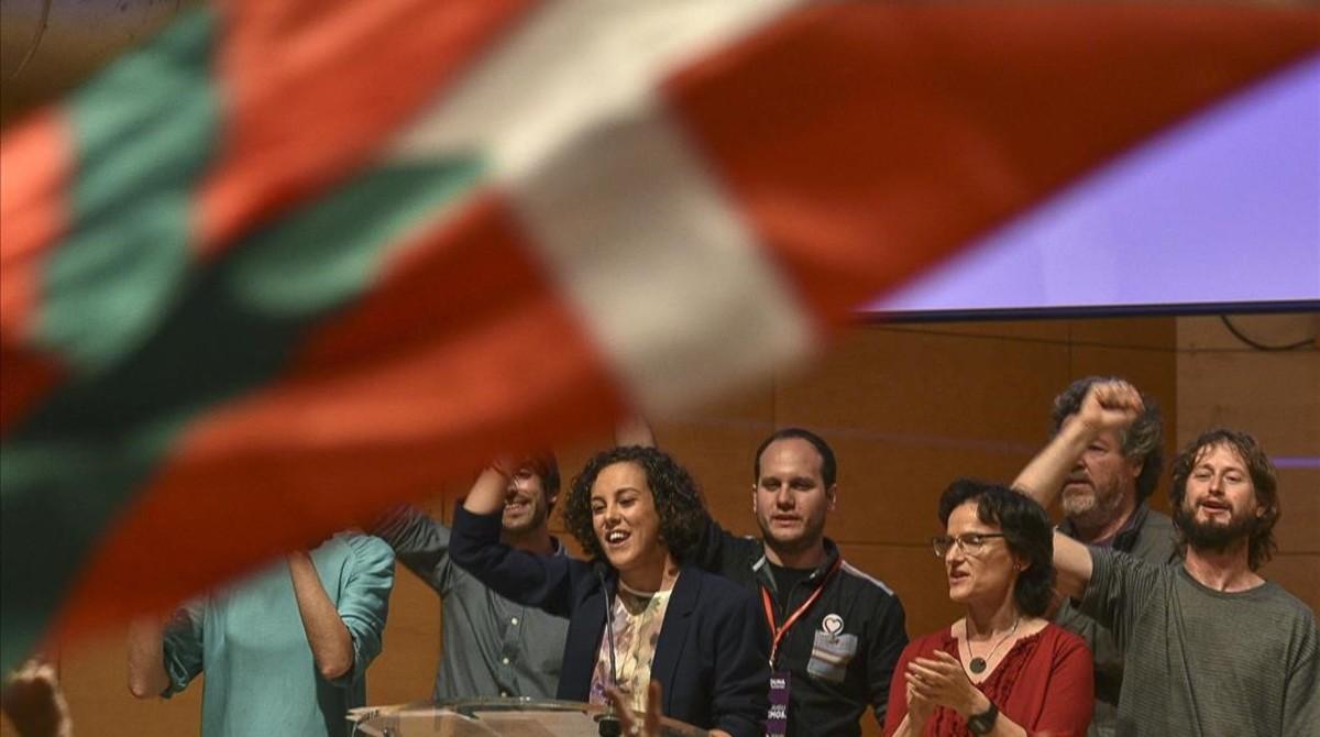 La cabeza de lista de Unidos Podemos por Gipuzkoa, Nagua Alba (centro), celebra con el resto de candidatos en Bilbao los resultados del escrutinio de las elecciones generales.