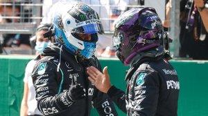 El campeón Lewis Hamilton, a la derecha, felicita a su compañero de Mercedes, Valtteri Bottas, tras lograr el finlandés la primera 'pole' del año, en Austria.