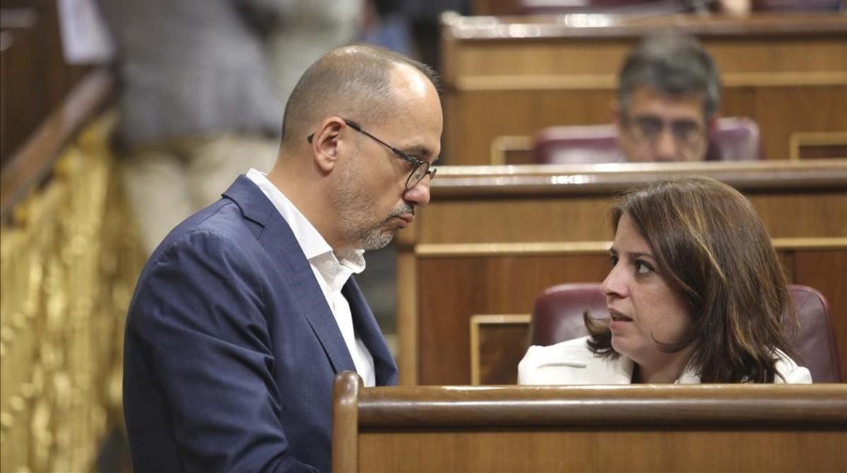 El portavoz del PDECat, Carles Campuzano, habla con la portavoz del PSOE, Adriana Lastra, minutos antes del debate de la senda de déficit en el Congreso.