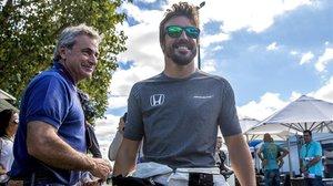 Carlos Sainz padre y Fernando Alonso, el pasado año, en el Gran Premio de Australia, en Melbourne.