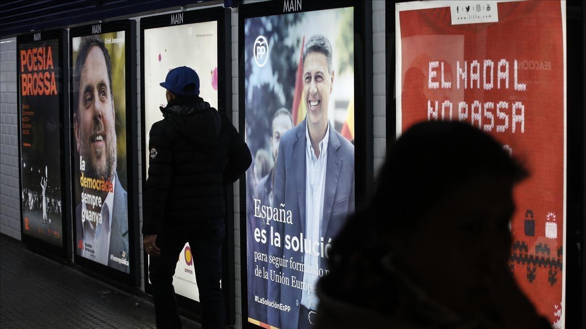 Carteles electorales en la estación del metro de la plaza de Catalunya