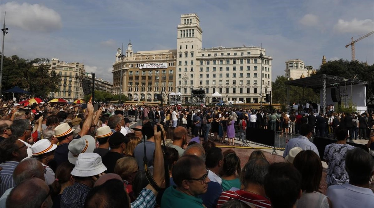 Celebración de homenaje en plaza de Catalunya.
