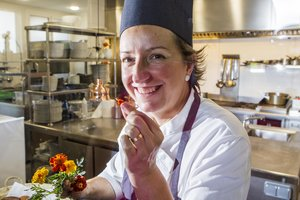 La chef de La Calèndula, Iolanda Bustos, experta en la cocina con flores.
